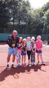 Trainer mit Tennisjugend