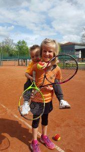 Geschwister beim Tennis spielen